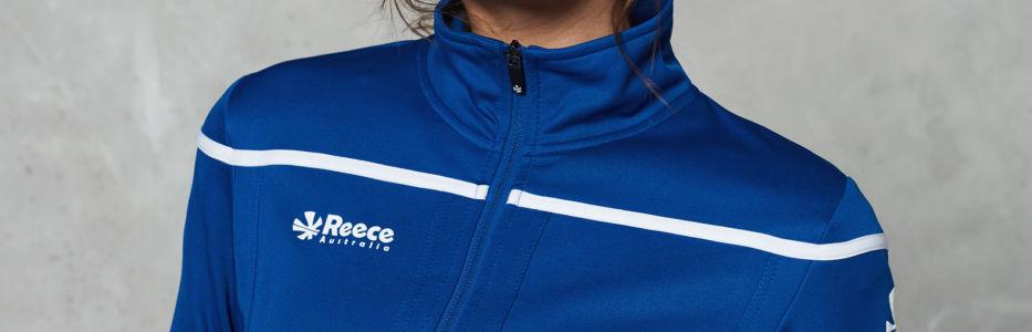 79352bc09ad Een trainingspak is ideaal om te dragen tijdens de warming up, training,  cooling down en overige tijd die je op je sportclub doorbrengt.